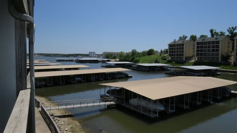 Lakeview Condo * Four Seasons, patio & bbq, steps to swim dock, waters edge pool, holiday rental in Four Seasons