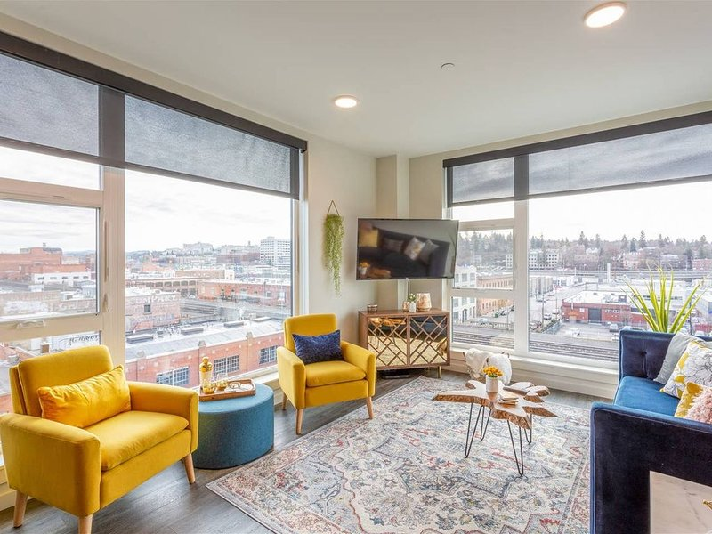 Downtown 2 Bedroom on Top Floor w/ Stunning Views, holiday rental in Cheney