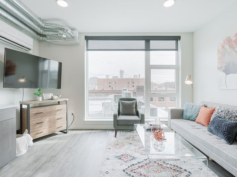 Chic Downtown 1 Bed with Views, holiday rental in Cheney