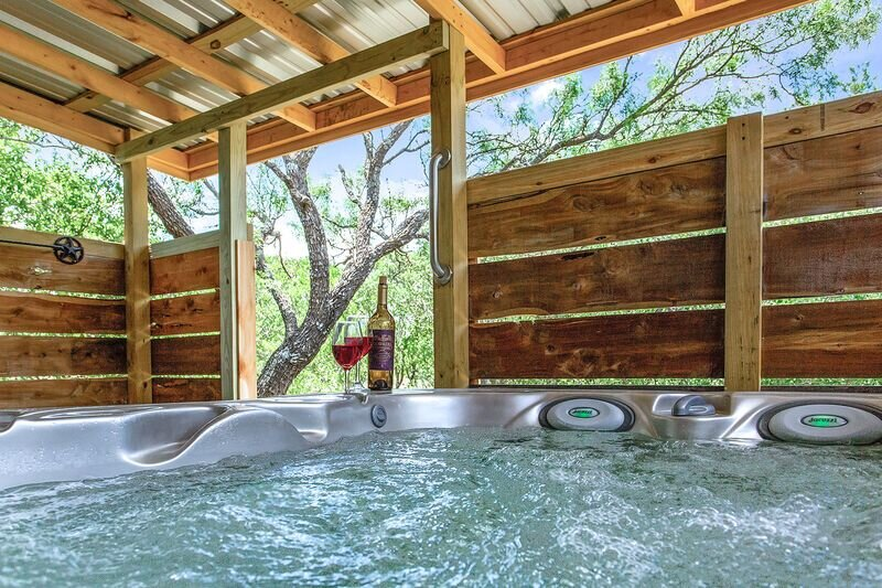 Whitetail Oaks Texas Star Cabin | Hill Country Views | Whirlpool Tub | Outdoor F, location de vacances à Doss