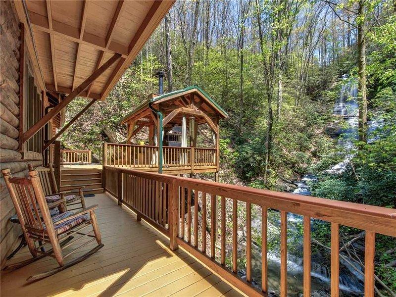 Black Bear Lodge, 6 Bedroom, Mtn and Waterfall Views, Pool Table, Sleeps 12, vacation rental in Cosby