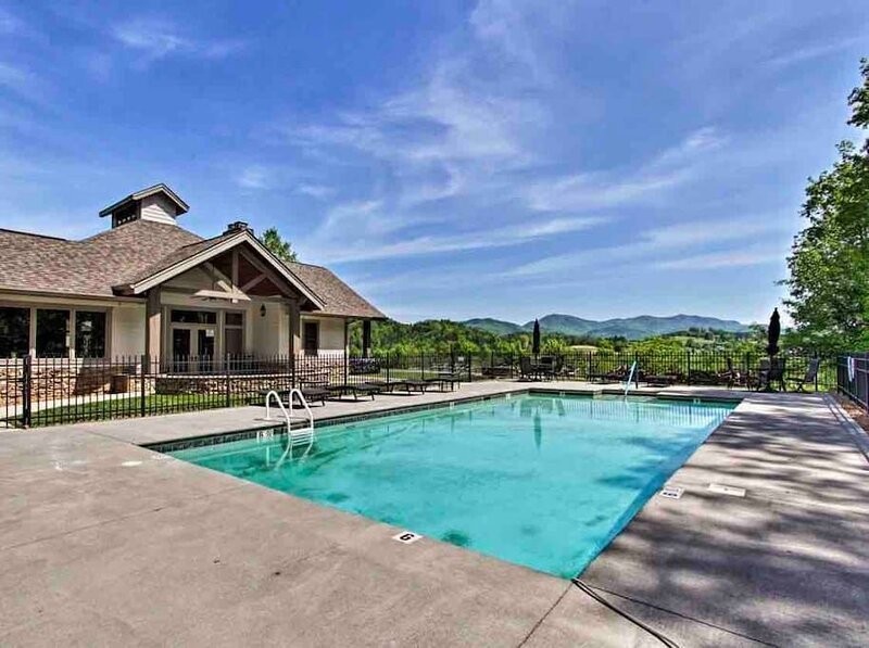 Mike's Place · Cades Cove Paradise- Mountain Views, Fire Pit, Private patio, vacation rental in Townsend