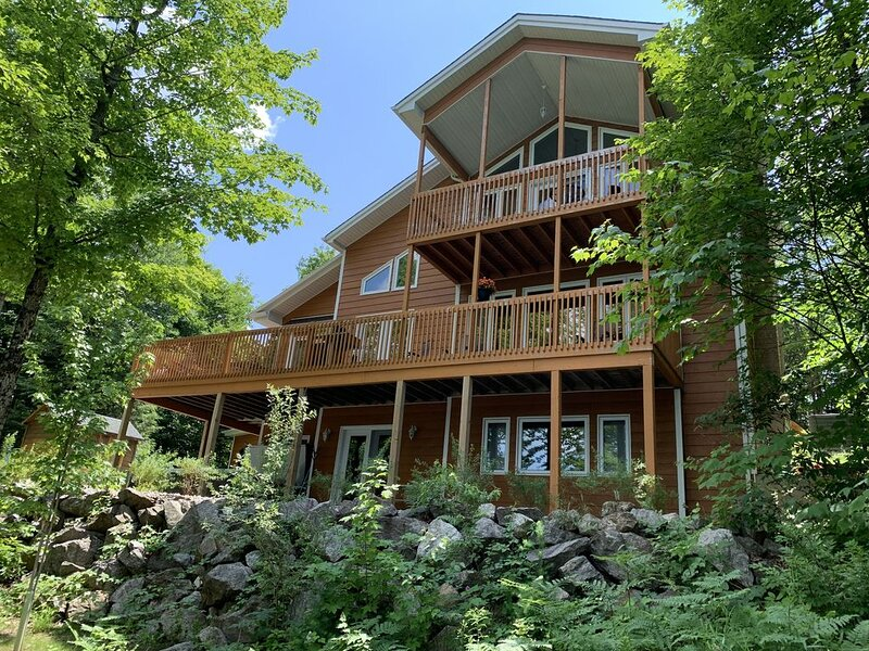 Lakehouse 4 bedrooms - 40 min from Ottawa, casa vacanza a Wakefield