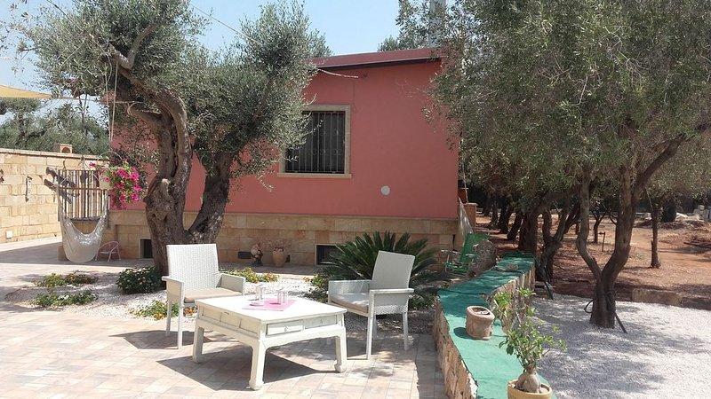 Villetta tra gli ulivi fronte spiaggia, holiday rental in Torre San Giovanni