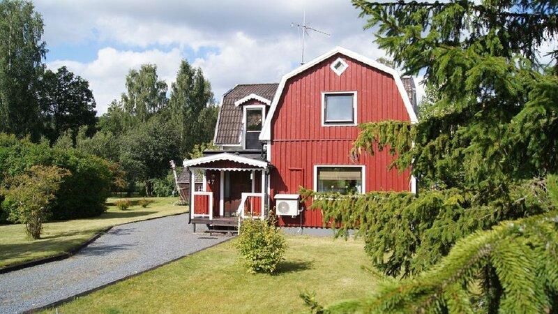 Gemütliches Ferienhaus mit 2500qm großem Garten direkt am See, vacation rental in Ingatorp