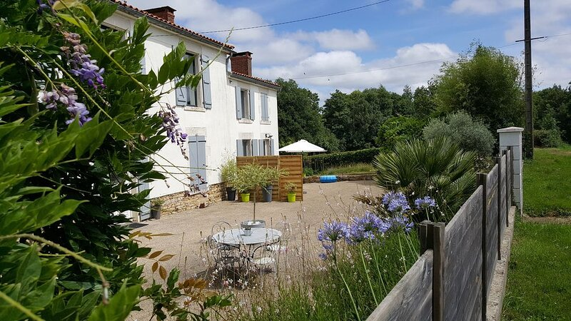 LOCATION D'UN GÎTE, AU CALME, DANS LE BOCAGE VENDEEN, holiday rental in La Caillere-Saint-Hilaire