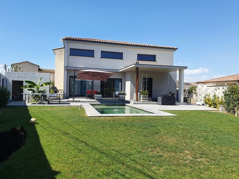 Superbe villa contemporaine, holiday rental in Marsillargues