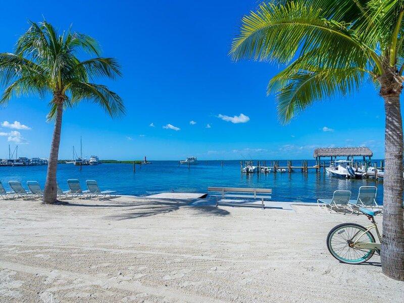 Spacious Executive Bay Townhome w/Heated Pool, Beach, Tennis, Fish off the dock!, aluguéis de temporada em Matecumbe Key