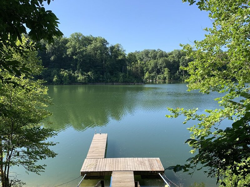 Year-round Tranquil Lake front property- 3bedrooms, 2 baths, alquiler de vacaciones en Leitchfield