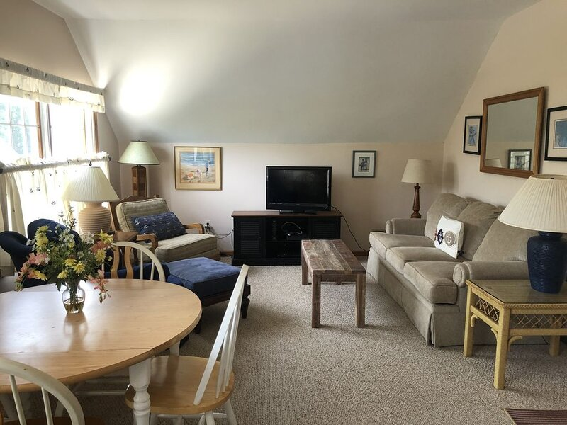 Charming Beach Block Condo, vacation rental in Normandy Beach
