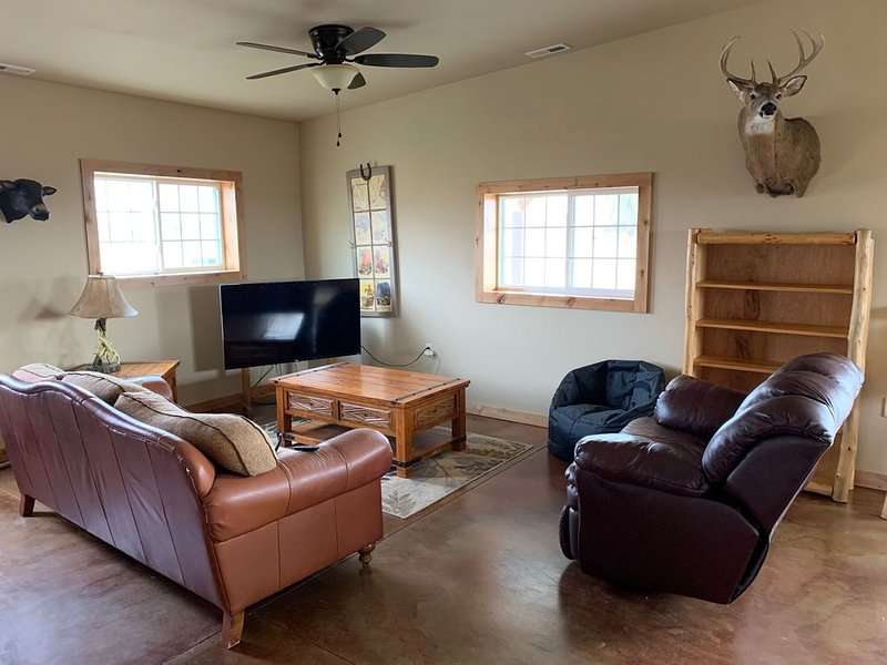 Built in 2019- Peaceful Country Cabin with Great Sunsets., location de vacances à Lamar