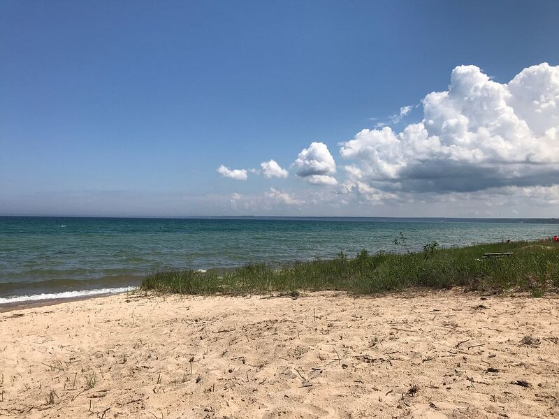 LAKE HURON SANDY BEACH ACCESS.  WIFI FOR YOUR KIDS  VIRTUAL LEARNING.  WIN, WIN., holiday rental in Tower
