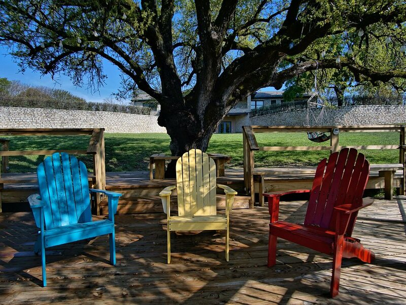 Big rooms, covered porches, hot tub, game room and walk to the downtown square., vacation rental in Glen Rose