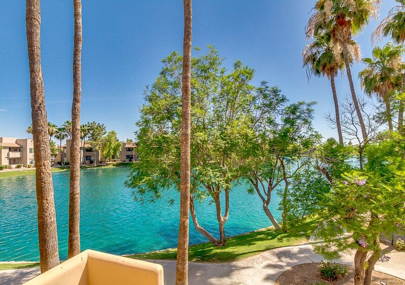 Lake and garden views. Lakefront 2 bedroom condo in a great location!., Ferienwohnung in Chandler