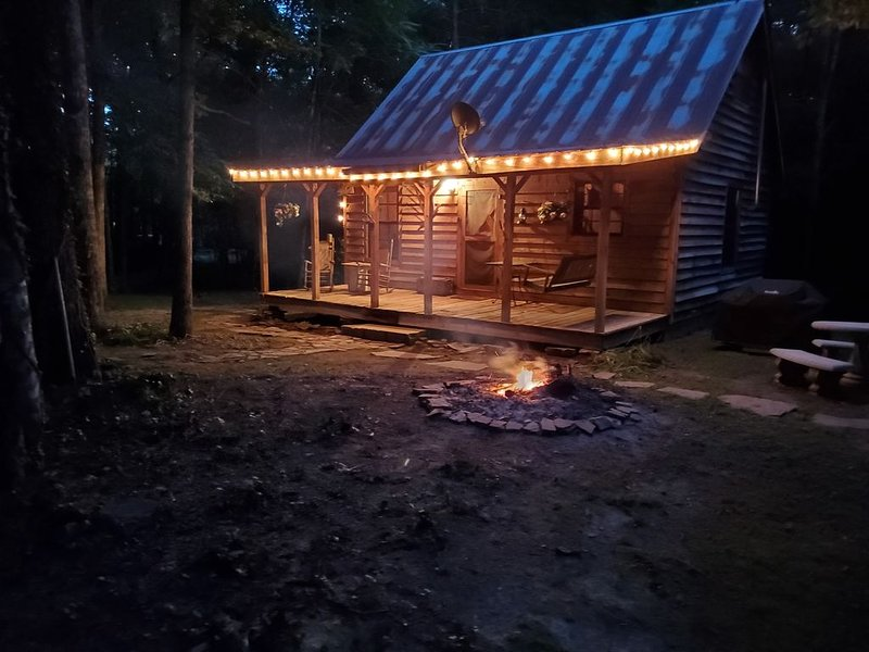 Rustic Cabin Experience on 16 Acres, location de vacances à Crossville