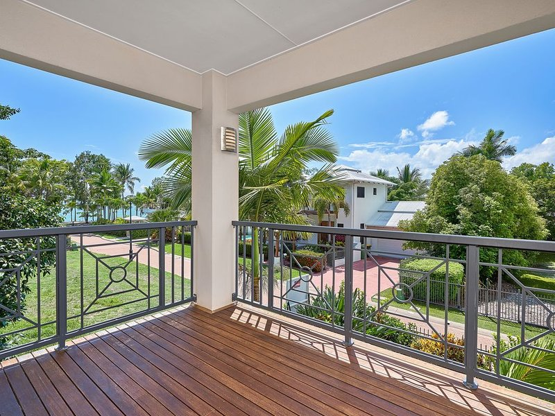 Torun is a Luxury 4 Bedroom  Holiday Beach house, vacation rental in Kewarra Beach