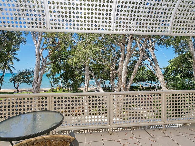 1 Bedroom Apartment perfectly situated in the heart of Palm Cove, vacation rental in Palm Cove