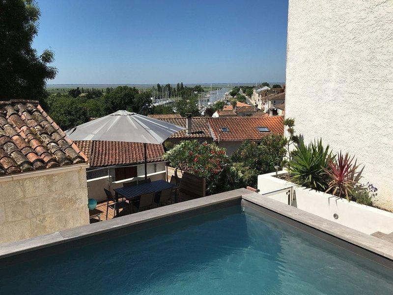 Maison avec piscine chauffée vue mer proche Royan, Saintes, Saint-Palais, holiday rental in Saint Romain sur Gironde