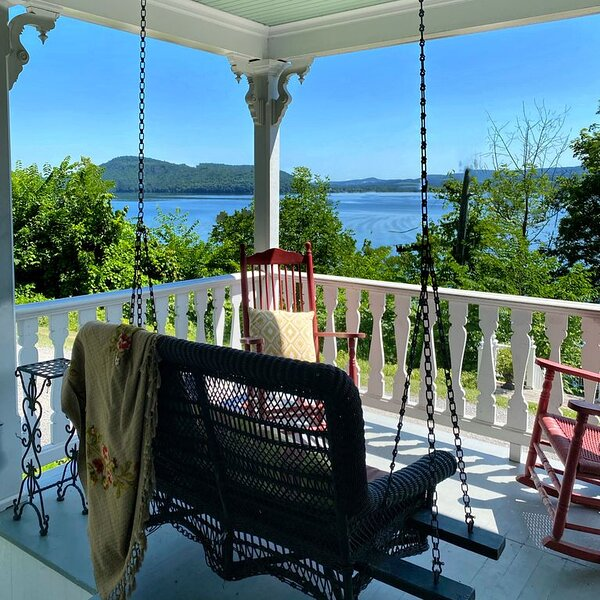 Luxury lakefront home in Cooperstown with private dock, aluguéis de temporada em Otsego