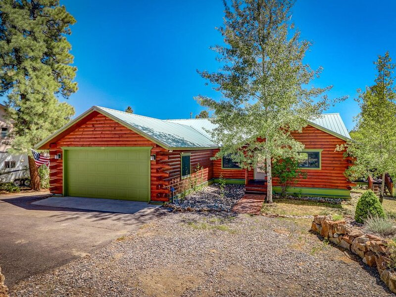Cozy Mountain View Retreat- Dry Sauna/2 Decks/Bear's Den/Wood burning Stove, location de vacances à Pagosa Springs