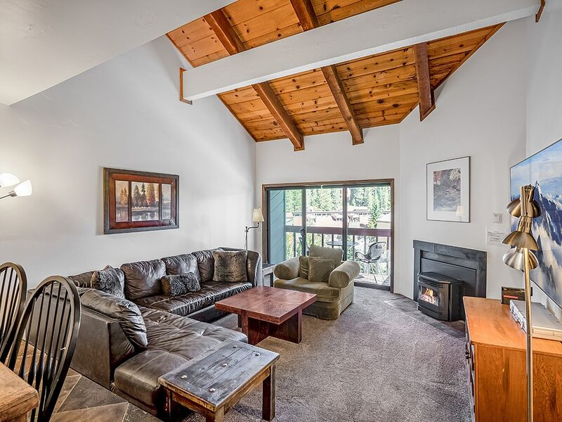 Steps to Canyon Lodge! Luxurious Fully Updated, 2 Bedroom 2 Bath Condo W/Garage, holiday rental in Mammoth Lakes