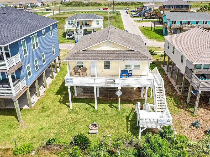 Front row beach house just steps to the sand in Surfside, Ferienwohnung in Surfside Beach