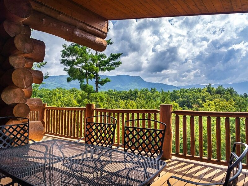 Breathtaking mountain views and private forest scenes in amazing large log cabin, aluguéis de temporada em Cosby