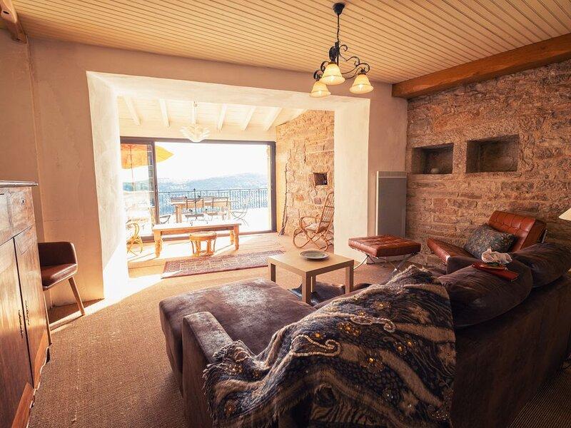 Superb Maison avec grande terrasse privée et panoramique, dans village médiéval, holiday rental in Puycelci