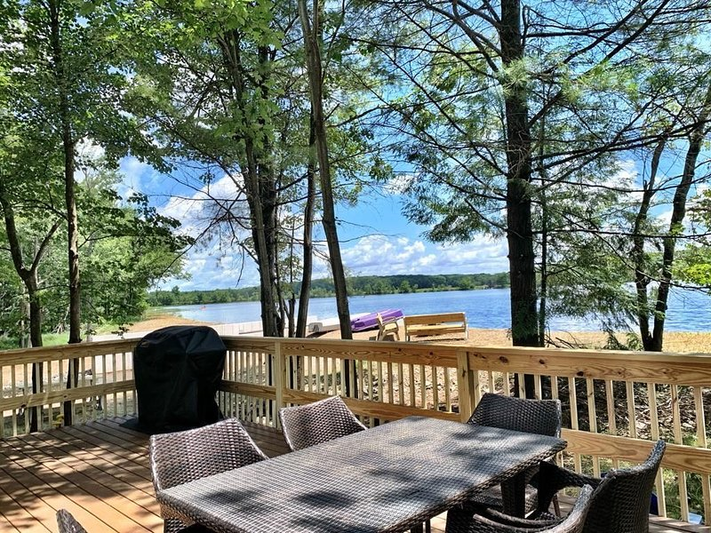Poconos Waterfront Lake House, Boats, Games, Pool Table, Ski, holiday rental in Pocono Manor