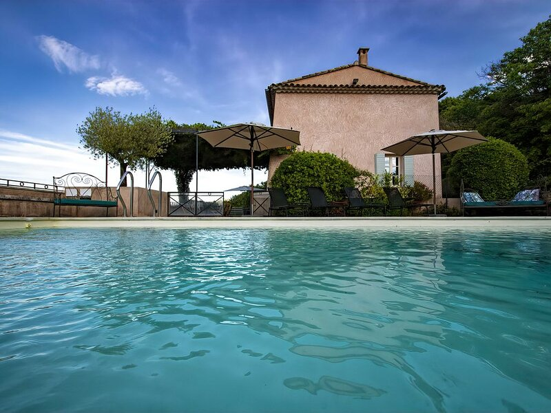 Restored farmhouse with heated pool and landscaped gardens., holiday rental in Buoux