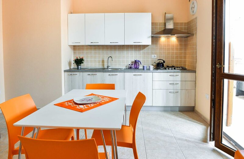 Nuovissimo appartamento con ampia veranda coperta, holiday rental in Bosa Marina