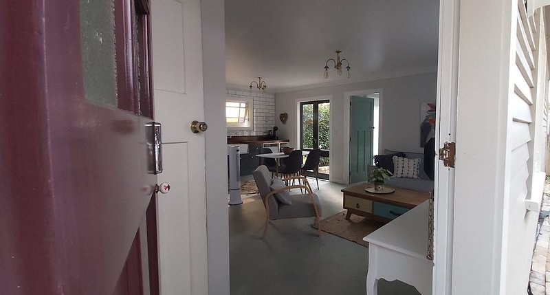 The Birdcage is a private self-contained one-bedroom cottage, holiday rental in Hamilton