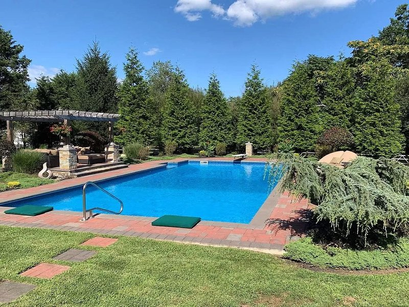 Spacious Northfork Home w/ Heated Saltwater Pool, vacation rental in Southold