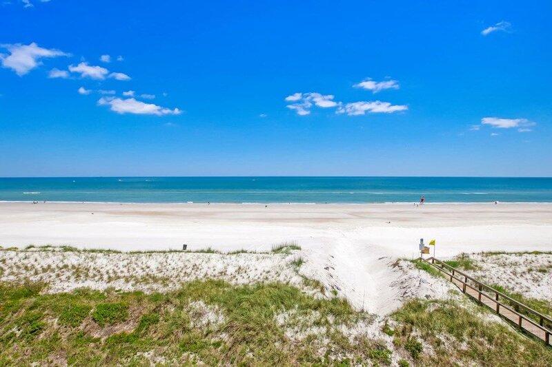 Stunning Oceanfront - Sleep 6 - Steps to Beach - Warm Sand - Pool, holiday rental in Jacksonville Beach