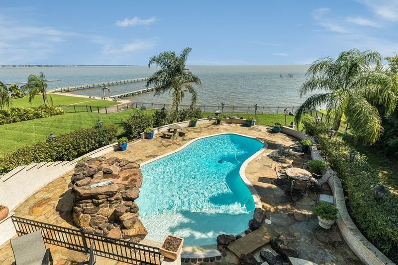Waterfront Luxury Home/ HEATED Pool & Spa., alquiler vacacional en Bacliff