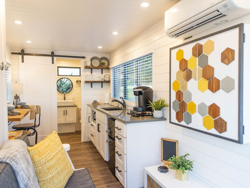 The Honeycomb-Tiny Container Home 12 Min. to Magnolia/Baylor, holiday rental in Ross