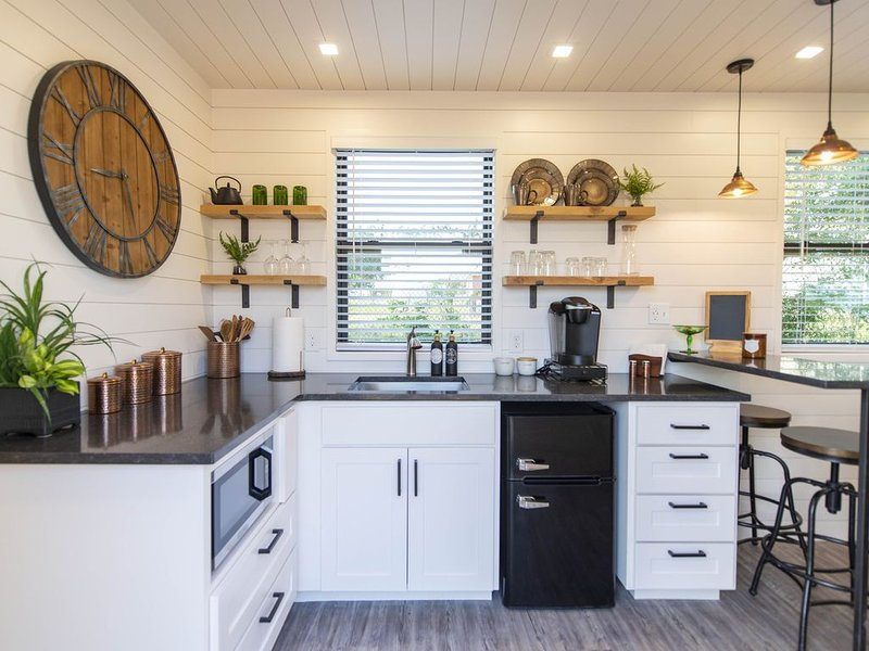 The Woods- Container Tiny House 12 min to Magnolia/Baylor/Downtown, holiday rental in Waco