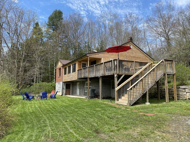 16 acre retreat with large fishing pond and wander through the butterfly meadow, holiday rental in Summersville