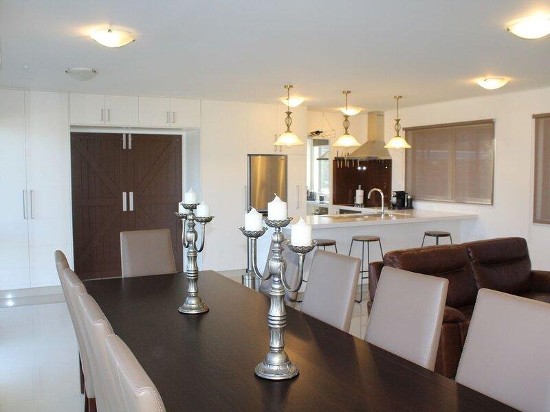 Luxury New Home, Central, Swim Spa, WiFi  & Linen Included, casa vacanza a Taupo