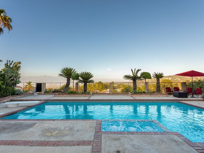 Villa with Hill and City Views, Heated Pool and Spa (Jacuzzi), Outdoor Fire Pit, holiday rental in Downey