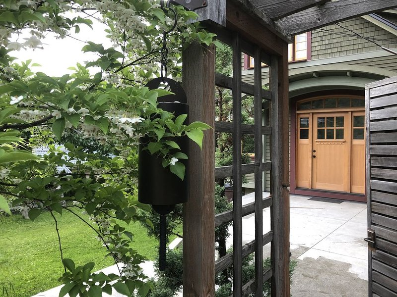 Heritage Modern Farm House~Walking Distance to Baker Street!, holiday rental in Nelson