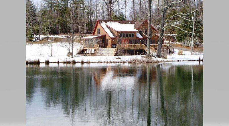 Beautiful cabin with 2 acre lake, 2 streams, apple orchard and large open yard, vakantiewoning in Bat Cave