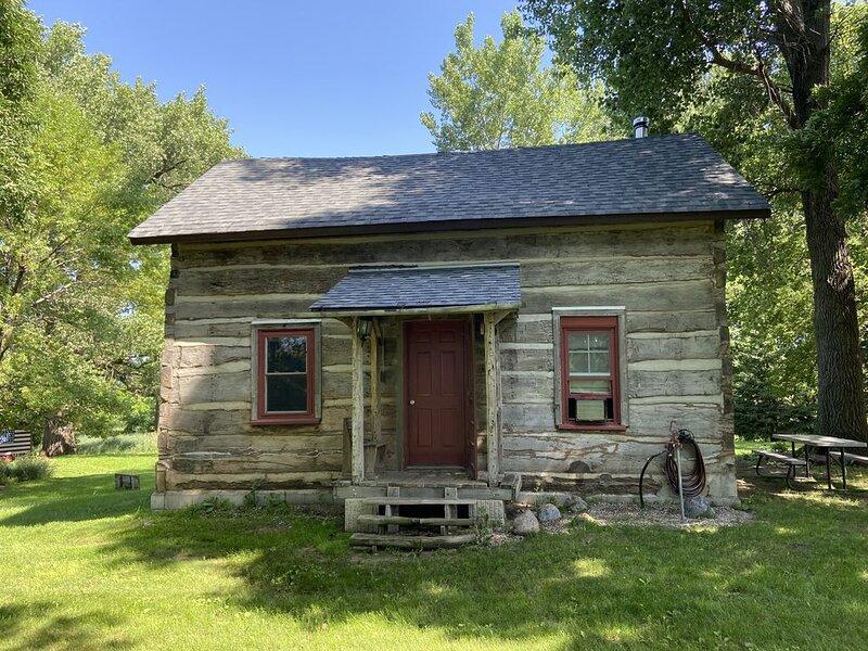 Authentic Log Cabin: The Den, location de vacances à New Ulm