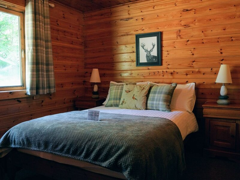 Cosy Rowan (1) woodland lodge by Killin, Loch Tay, location de vacances à Loch Tay