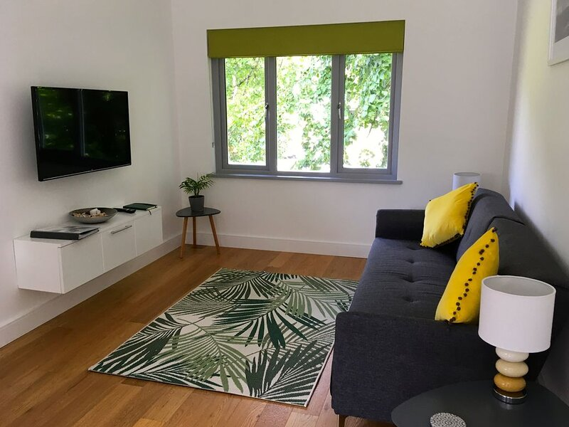 Gorgeous modern flat with free parking & private court yard, holiday rental in Torpoint