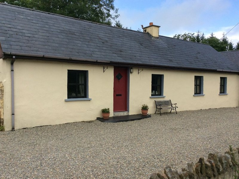 Beautifully restored traditional Irish cottage in tranquil, country location, vacation rental in Mallow
