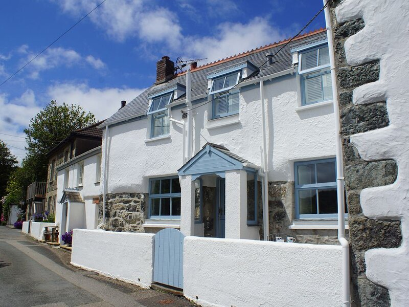 Fisherman's cottage 100 yards from the sea with log burner and own parking, location de vacances à St Keverne