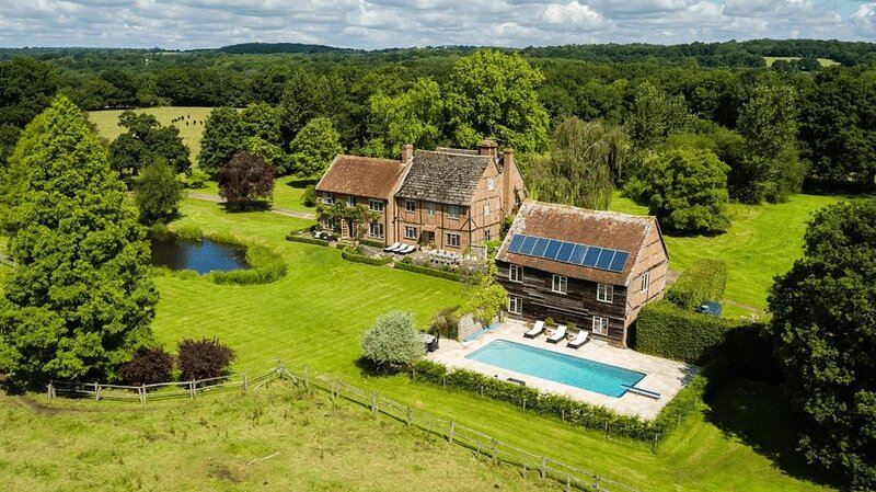 Characterful historic farmhouse set within worked farm land. Exclusive use, location de vacances à Rudgwick