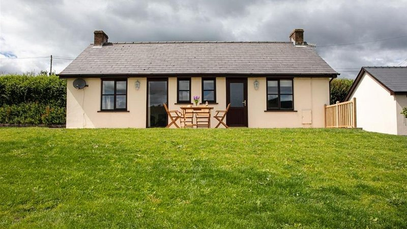 Beacons Cottage - Two Bedroom House, Sleeps 4, vacation rental in Three Cocks