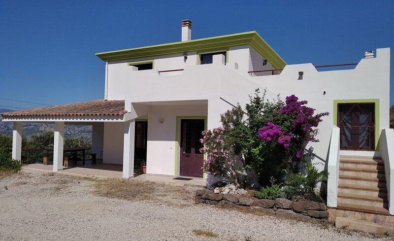 Casa singola in zona tranquilla. Ideale per famiglie, gruppi e climbers., holiday rental in Dorgali